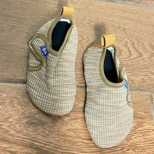 Kids 4t-5t indoor shoes beige euc